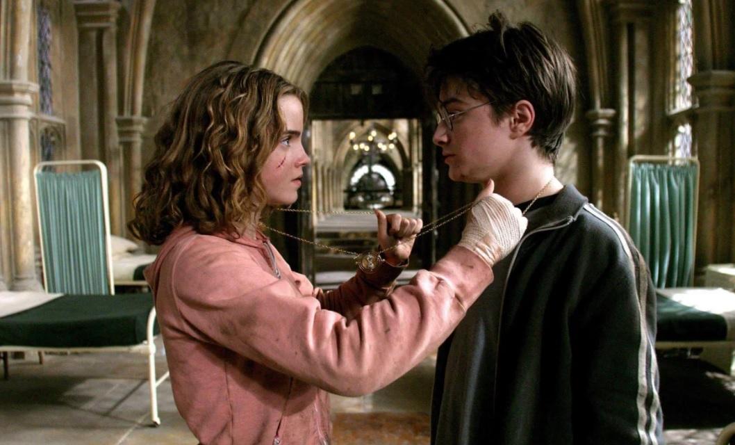 © Кадр из фильма «Гарри Поттер и узник Азкабана». Чтобы успевать на все занятия Гермиона использовала маховик времени, а у вашего ребенка такой есть?)